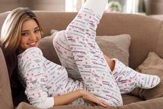 Словно рушится мир, и так хочется к маме, чтоб хотя бы на вечер ребёнком побыть, чтоб в носках шерстяных и любимой пижаме, с ней на кухоньке чай с печенюшками пить
