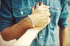 Бывает, держишь человека за руку и тебе больше ничего не надо. Ни поцелуев, ни слов. Тебе просто спокойно, тепло и легко.