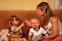 У родителей разные взгляды на собственного ребенка. Мама ругает дочь за то, что она кидается камнями. Папа ругает дочь за то, что она при этом не попадает в цель
