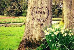 Когда я вижу имена парочек, вырезанные на деревьях, я не думаю, что это мило. Я думаю, что весьма странно, что люди берут на свидание нож.
