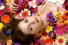 Только в «Одноклассниках»  все девушки усыпаны цветами и подарками. И то от подруг