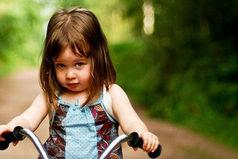 Только русская женщина может залезать в автобус,  держа в одной руке несколько сумок, а в другой ребенка на велосипеде!