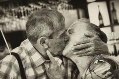 Я люблю смотреть на пожилые пары. Это дает мне уверенности, что кто-то действительно может любить навсегда.