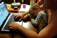 Чем занимается аист, после того, как принёс ребёнка? Он лежит на диване, смотрит телевизор,
