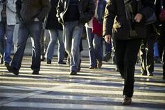 Только русский человек, перебегая дорогу, может быть сбит бегущим навстречу пешеходом.