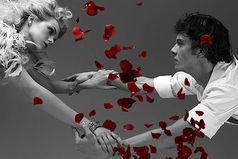 Глупая женщина держит мужчину за горло, умная — за руку, мудрая — вообще не держит…