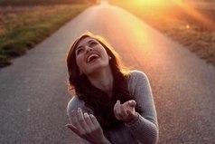 Всё нужно пережить на этом свете, Всё нужно испытать и оценить… Несчастье, боль, измену, горе, сплетни — Всё нужно через сердце пропустить. И лишь тогда, вставая на рассвете, Вы сможете смеяться и любить.