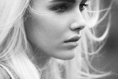 В жизни бывают минуты, когда в глазах нет слез, а в сердце — целое море...