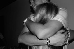 Та девушка, что в дни разлуки сумела верность сохранить и не ушла в чужие руки, достойна, чтоб её любить.