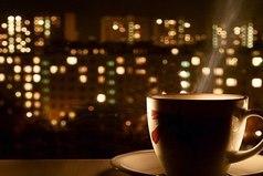 Приходишь домой, делаешь кофе, садишься, а вокруг тишина... и каждый из нас сам выбирает, что это: одиночество или свобода.