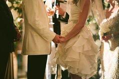 Мужчина должен быть у женщины в сердце, в мыслях и в душе. А под каблуком у неё должна быть набойка.
