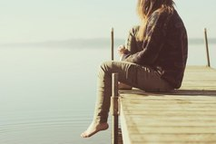 Жизнь проходит в каком-то вечном ожидании. Ожидании фильмов, книг, серий, событий, людей, автобусов, зимы, весны, лета, осени, звонков, сообщений, встреч, теплой погоды, выходных в ожидании того, что все изменится. В ожидании того, что однажды все будет хорошо, а нужно просто перестать ждать и наконец-то начать жить.