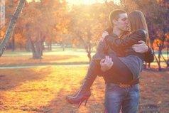 Женщине в жизни нужны три вещи: Любовь, чтобы быть слабой; Алкоголь, чтобы быть сильной; и Любимый Мужчина, чтобы поднять на руки, когда первые две вещи валят с ног...