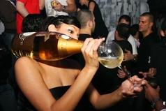 Муж разрешил только одну бутылку с девочками выпить.