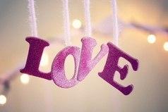 У настоящей любви нет счастливого конца. Настоящая любовь вообще не заканчивается.