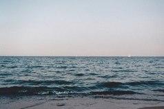 Единственное, чего сейчас хочет моё сердце – это находиться у моря и наслаждаться звуком его волн.