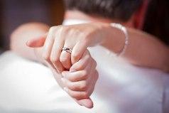 Просто удивительно, насколько хрупкой и беззащитной может чувствовать себя женщина в крепких мужских руках.