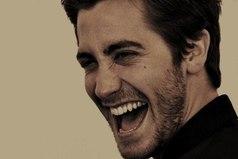 Сильные люди всегда немного грубые, пошловатые, любят язвить и много улыбаются.