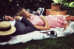 Она готова была многое прощать и на многое закрывать глаза, лишь бы быть вместе с ним. Однако пришел день, когда она поняла, что хочет не прощать, а восхищаться, не закрывать глаза на некоторые действия, а радостно улыбаться, видя его поступки. Так заканчивается слепая любовь и начинается путь к собственному счастью.