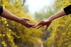 В настоящей любви точки не бывает. Можно разойтись, разругаться, разочароваться - возможно абсолютно все. Но какие бы причины ни были, настоящая любовь все равно продолжает жить в сердце. Она отделяется от разума, живет вне происходящего. Ты ничего не можешь поделать с этой любовью и просто сохраняешь ее в себе.