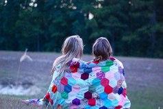 Бывает так, что дружба просто заканчивается. Без предательства, без споров, без ссор, без выяснений отношений и, в принципе, без причин. Просто вы становитесь не теми, кем были раньше...