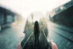 Лишь тот, кто ждёт, оценит встречу, в разлуке нет ничьей вины. Кто не любил, тот гасит свечи, кто любит — тот горит внутри.