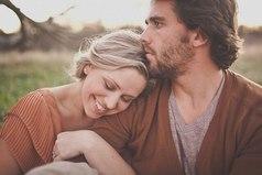 Никто не обязан тебя любить. Если кто-то тебя любит — значит в тебе есть что-то такое особенное, что делает его счастливым.
