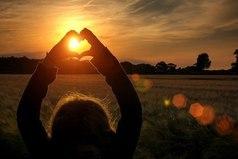 Вот она, жизнь. Вечно все то же: один ждет другого, а его нет и нет. Всегда кто-нибудь любит сильнее, чем любят его. И наступает час, когда хочется уничтожить то, что ты любишь, чтобы оно тебя больше не мучило.