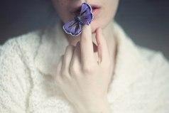Молчанье — щит от многих бед, а болтовня всегда во вред. Язык у человека мал, но сколько жизней он сломал.