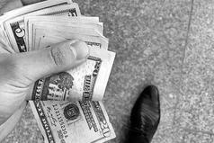 Мир состоит из бездельников, которые хотят иметь деньги, не работая, и придурков, которые готовы работать, не богатея.