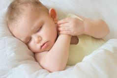 Раздеть спящего малыша – это как разминировать бомбу. Одно резкое движение – минус 3 часа сна.