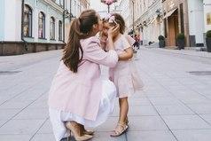 Дочка-звездочка, мамы отрада, неоценимый подарок небес, маме за дочку-корона в награду, ведь королевы рожают принцесс.