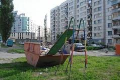 Только в России дети настолько суровы, что на детской площадке вверх поднимаются по горке, а вниз спускаются по ступенькам.
