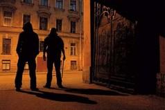 В России есть плохая примета - освещать темный переулок айфоном
