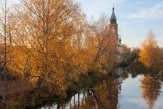 По-моему, самое лучшее на земле — это идти вот так осенью вдоль реки, уходить, уплывать вместе с водой, без усилия, без спешки, безо всего, чем отмечено любое действие человека.