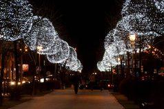 Очень хочется прогуляться по городу вечером в предновогодние дни, когда всё будет гореть огоньками, поздравлениями с новым годом и в воздухе будет пахнуть приближающимся новым годом.
