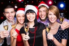 В новогоднюю ночь в компании обязательно должен быть один непьющий, чтобы на следующий день всем рассказать, что было.