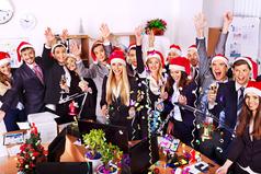 Только в Новогоднее время всем нравится есть прошлогоднюю еду, смотреть одни и те же фильмы и не помнить, что было в новогоднюю ночь.