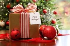 Чтобы ваш подарок на Новый год не показался бесполезным, дарите своим друзьям бутылку водки, они точно найдут ей применение.