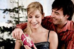 Хочу вместе с ним наряжать ёлку...такое счастье вешать игрушку и целовать любимого!