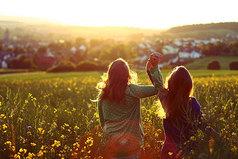 Лучшая подруга - это та, с кем разговоры не надоедают.