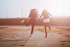 Она моя лучшая подруга. Она считает меня стройной, а я считаю ее натуральной блондинкой.