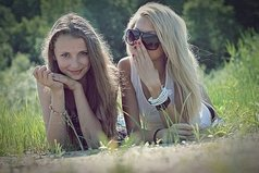 Подруга - эта та, которая, держа твою руку, услышит биение твоего сердца.
