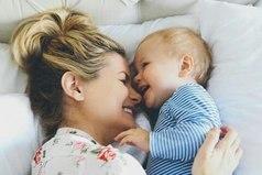 Она улыбнулась, и мне показалось, что весь мир стал светлее. Мам, улыбайся почаще.