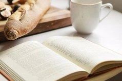 Три самых вкусных запаха: запах горячего кофе, свежей выпечки и страниц новой книги.