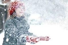 Скоро наступит чудесное время, когда снег будет скрипеть под ногами, когда щеки красные от мороза и запах мандаринов по всему дому, когда витрины магазинов так красиво украшены и детвора лепит снеговиков...