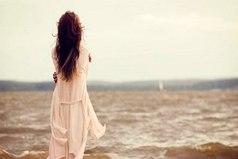 По-настоящему скучать - это когда душа требует человека. Не тело требует, а душа. Когда человека выворачивает наизнанку от недостатка родных рук и глаз. Вот тогда ты хочешь кричать на весь мир, как ты скучаешь.