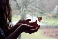 Одиночество и свобода всегда ходят рядом и грань между ними очень тонка. Идеальными становятся только те отношения, которые избавляют от первого и не лишают второго.