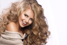 Некоторые блондинки недостаточно глупы. Таких  называют «русые».