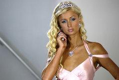 Наслаждайтесь прекрасной внешностью блондинки скорее, пока она не заговорила.